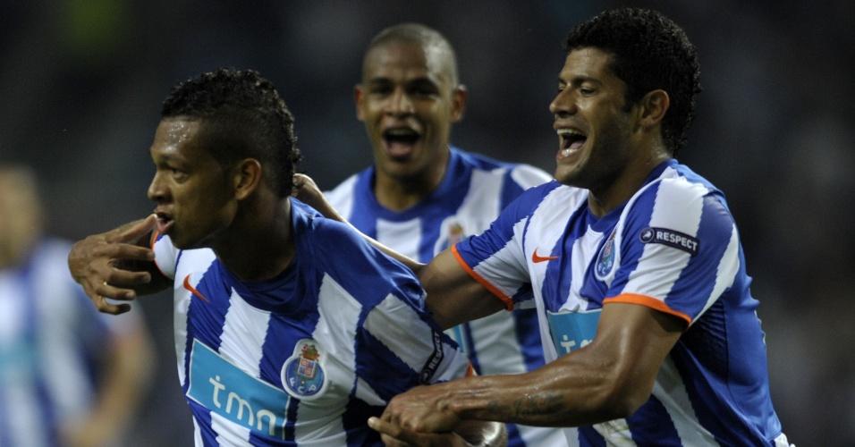 Brasileiro Hulk segura o companheiro Guarín ao comemorar gol do Porto contra o Villarreal, na semifinal da Liga Europa