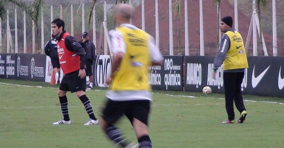 Dentinho treina no frio e sob chuva e aparenta estar pronto para o clássico contra o Palmeiras (28/4/2011)
