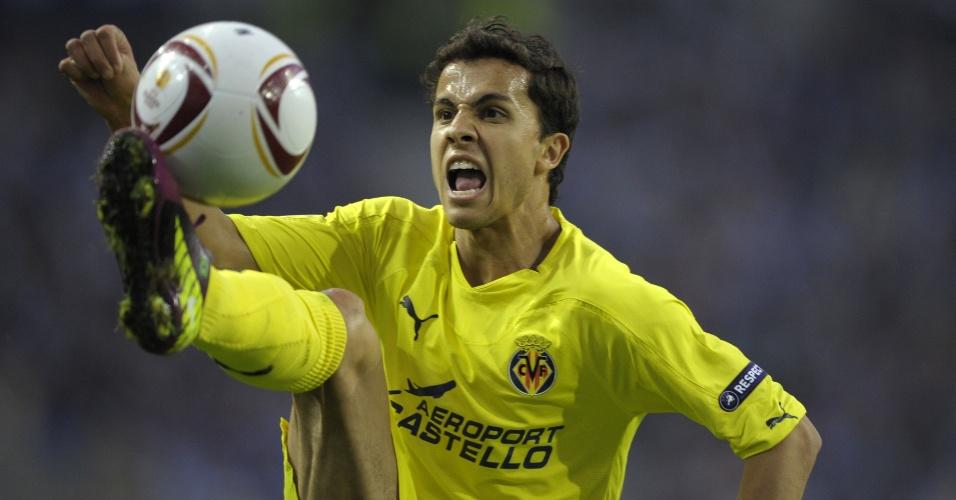 Nilmar tenta dominar bola na partida entre Villarreal e Porto, na semifinal da Liga Europa (28/04/2011)
