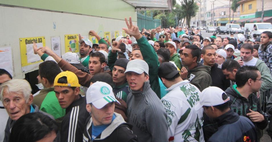 Palmeirenses formam fila para comprar ingressos para o clássico contra o Corinthians (28/04/2011)