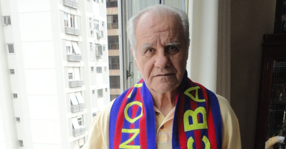 Evaristo de Macedo, ídolo de Barcelona e Real Madrid, posa com as cores do time catalão