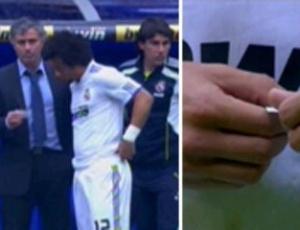 José Mourinho usa pedaços de papel para passar instruções aos jogadores do Real Madrid (30/04/2011)