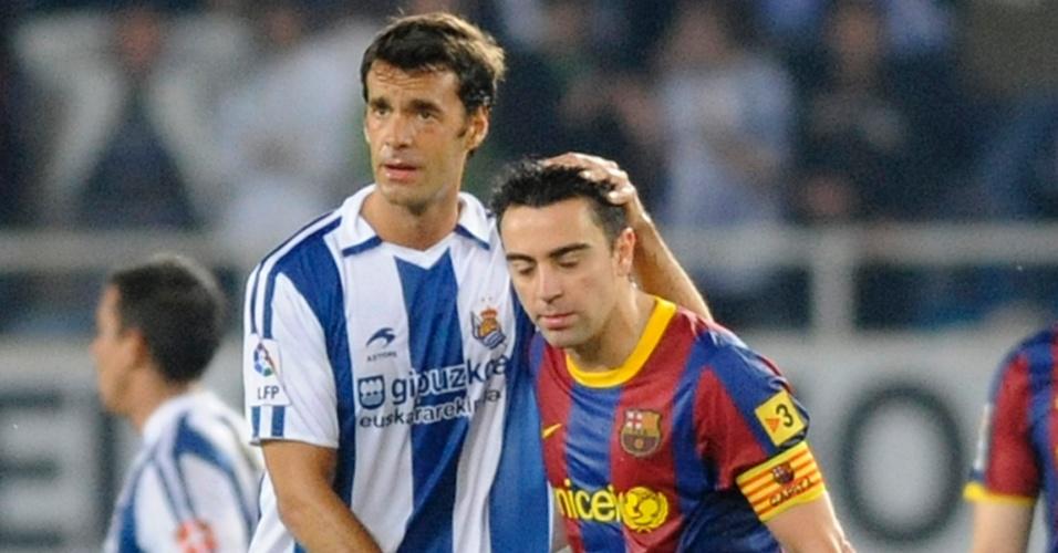 Prieto (e) consola Xavi após a derrota do Barcelona para o Real Sociedad
