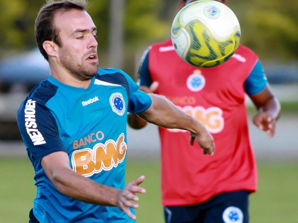 Roger disputa a bola durante treino do Cruzeiro (19/4/2011)