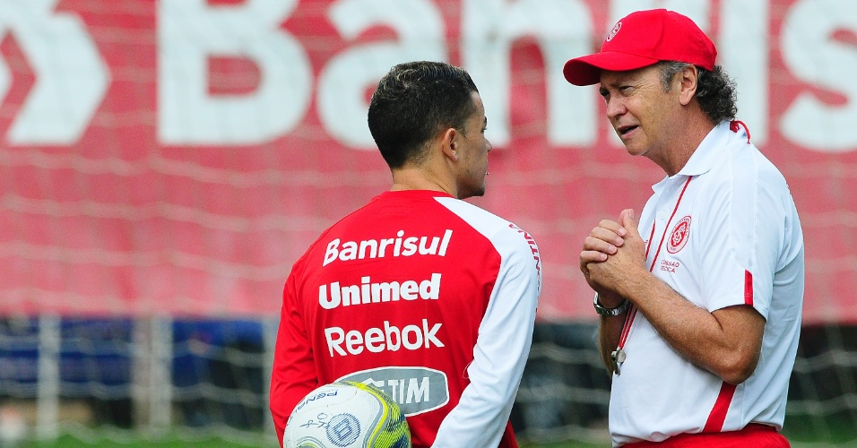 Técnico Falcão do Inter conversa com meia D'Alessandro (e) no treino na véspera do Gre-Nal (30/04/2011)
