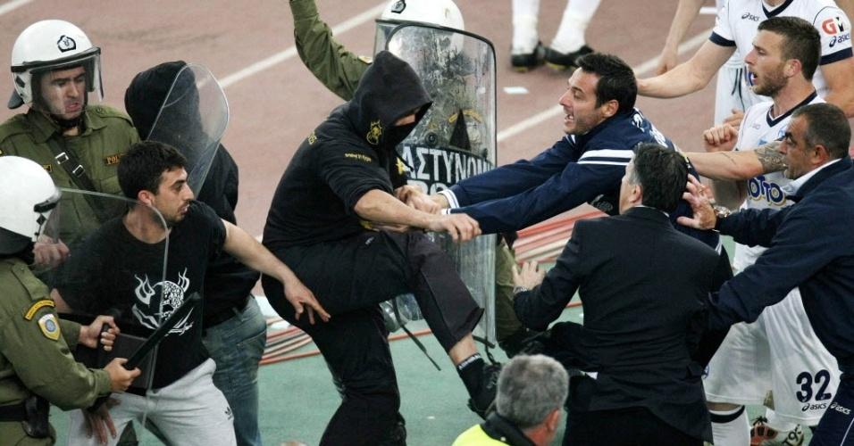 Torcedores do AEK se chocam com a polícia durante jogo na Grécia