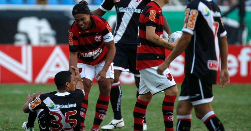 Ronaldinho Gaúcho ajuda Allan a se levantar no clássico pela final da Taça Rio entre Flamengo e Vasco no Engenhão (01/05/2011)