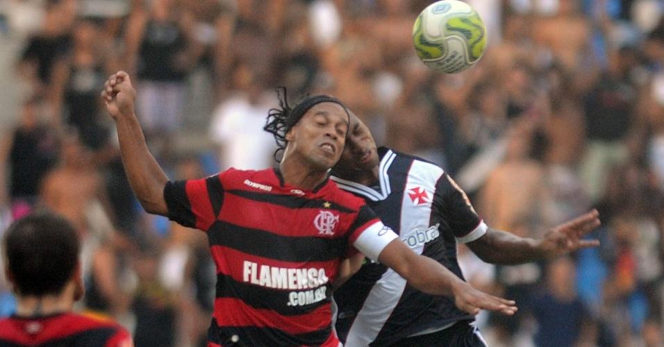 Ronaldinho Gaúcho disputa bola pelo alto no clássico entre Flamengo e Vasco no Engenhão (01/05/2011)