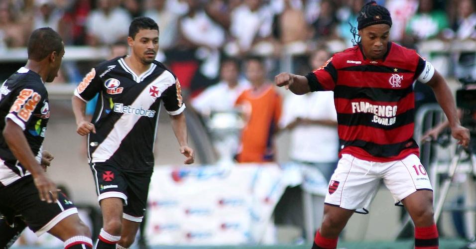 Ronaldinho Gaúcho é cercado por jogadores do Vasco na final da Taça Rio (01/05/2011)