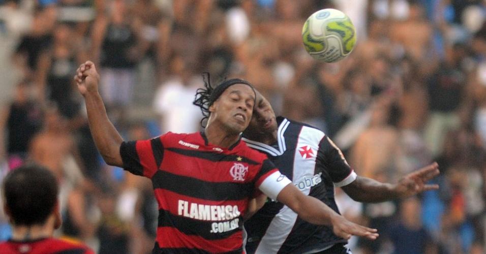 Ronaldinho Gaúcho e Dedé disputam a bola no alto no Vasco x Flamengo (01/05/2011)