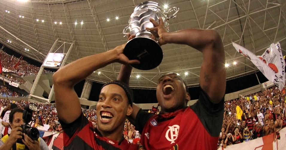 Ronaldinho Gaúcho e Renato Abreu comemoram o título estadual do Flamengo (01/05/2011)