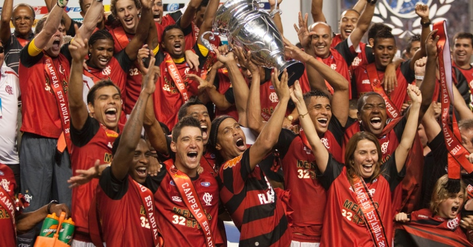 Ronaldinho Gaúcho levanta o troféu da Taça Rio após a conquista do título estadual pelo Flamengo (01/05/2011)