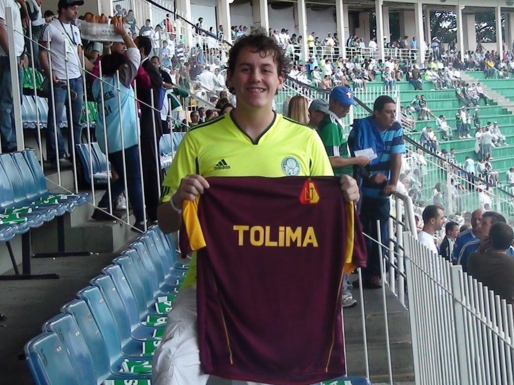 Torcedor do Palmeiras exibe uma camisa do Tolima, algoz do Corinthians na Libertadores (01/05/2011)