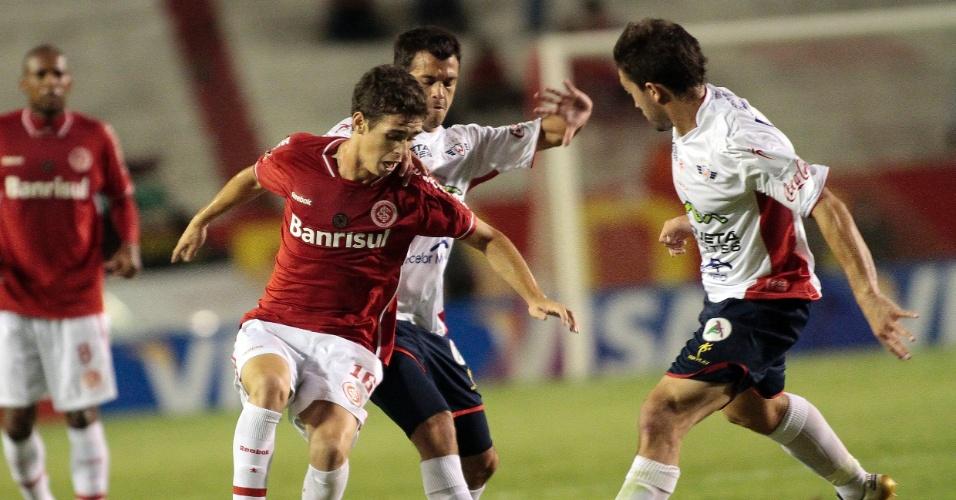 Meia Oscar do Inter sofre com a marcação dos jogadores do Jorge Wilstermann no estádio Beira-Rio (30/03/2011)