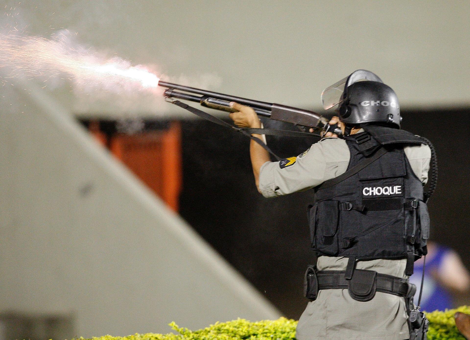 Policial atira contra os torcedores durante a confusão generalizada no jogo entre Goiás e Vila Nova, pelo Campeonato Goiano (02/05/2011)