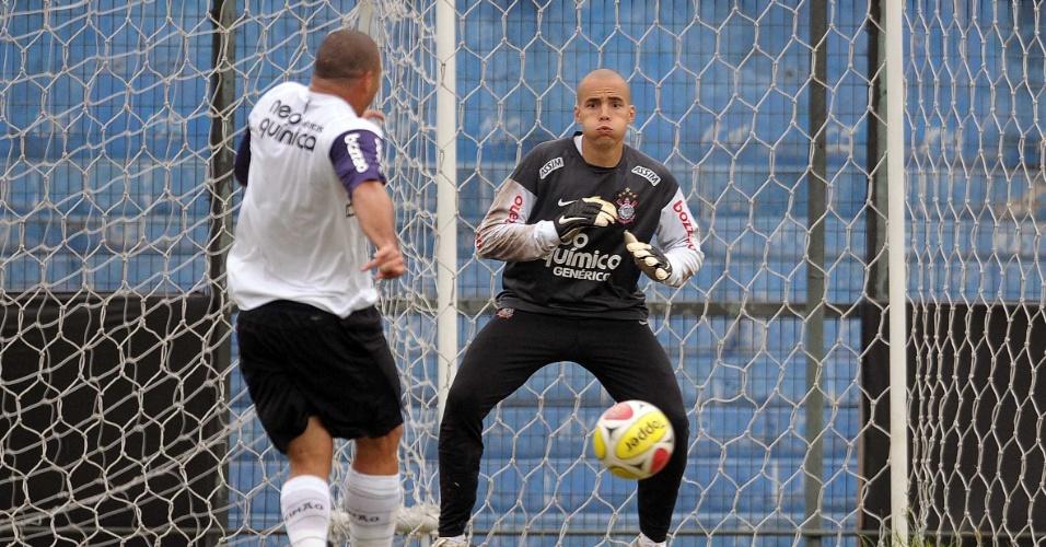Ronaldo e o goleiro Júlio César, do Corinthians, treinam no Parque Sao Jorge (26/02/2010)
