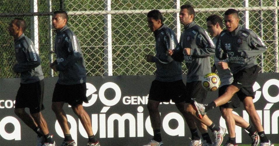 Jogadores do Corinthians correm em volta do campo e brincam ao imitar chute no vácuo de Valdivia (3/5/2011)