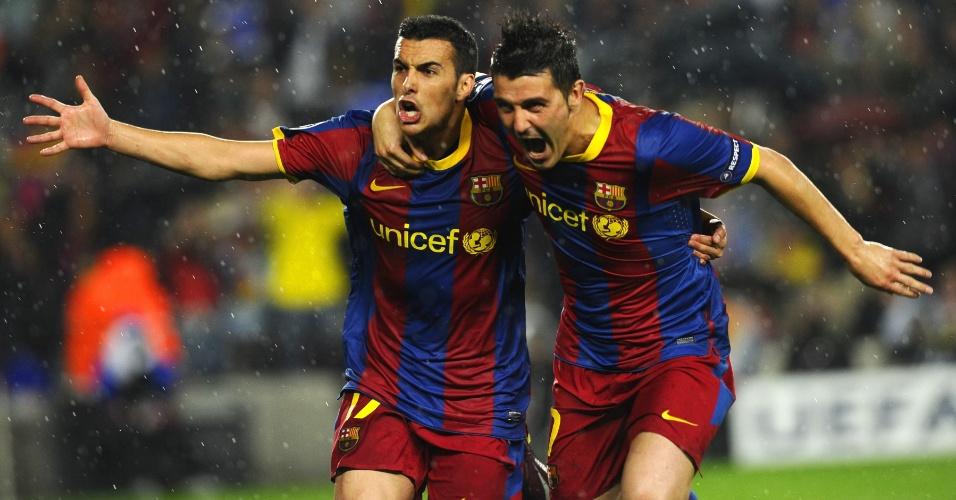 Pedro comemora com David Villa após marcar para o Barcelona contra o Real Madrid (03/05/2011)