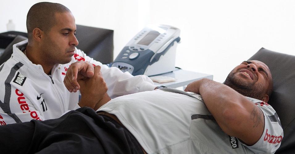 Adriano faz tratamento no ombro direito com fisioterapeuta do Corinthians, Caio Mello