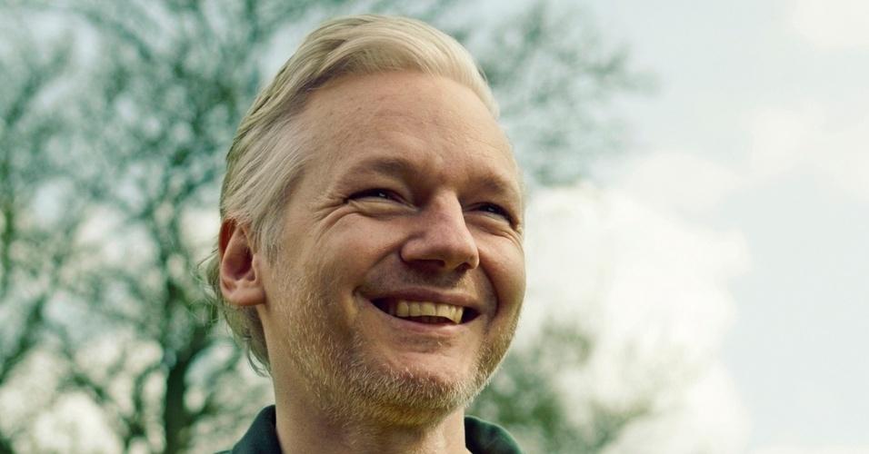 Julian Assange, fundador do Wikileaks, posa para a revista Trip com a camisa da seleção brasileira