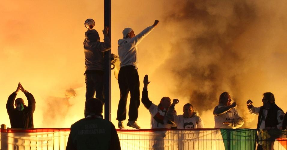 Torcedores hooligans da Polônia entram em conflito com a Polícia após decisão da Copa local (04/05/2011)