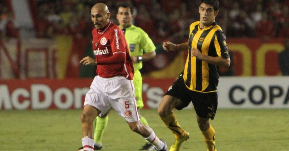 Volante Guiñazu do Inter contra o Peñarol no estádio Beira-Rio pela Libertadores (04/05/2011)