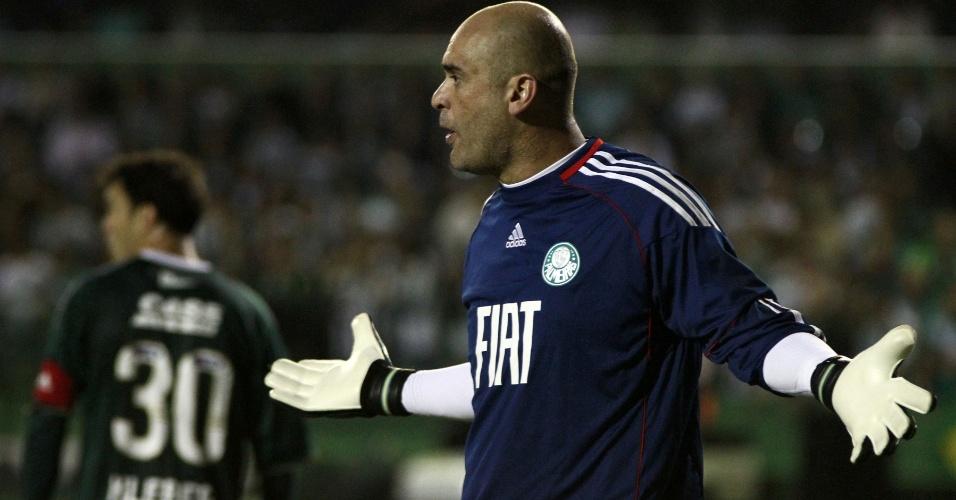 Goleiro Marcos reclama com a defesa do Palmeiras na derrota para o Coritiba (05/05/11)
