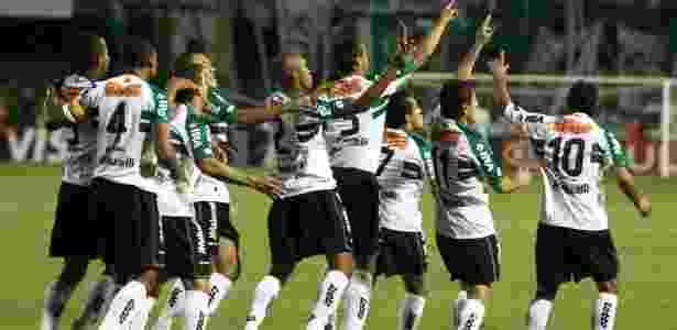 Jogadores do Coritiba comemoram gol sobre Palmeiras, na 24ª vitória seguida em 2011 - GERALDO BUBNIAK/FOTOARENA/AE