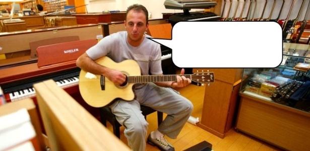 Rogério Ceni cantarola uma música acompanhado de um violão