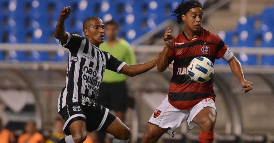 Ronaldinho Gaúcho encara a marcação na partida entre Flamengo e Ceará (05/05/11)