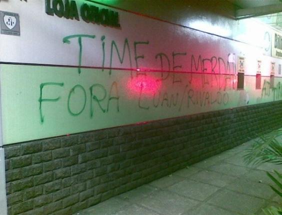 Torcedores do Palmeiras picham muros do clube após derrota para o Coritiba (05/05/11)