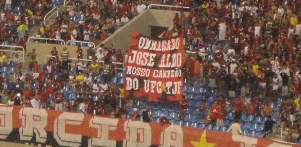 Torcida do Flamengo homenageia José Aldo com faixa durante jogo da Copa do Brasil