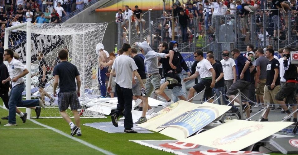 Torcida protesta pela derrota do Eintracht Frankfurt em casa para o Colônia, que deixou a equipe em uma situação bem complicada no Alemão