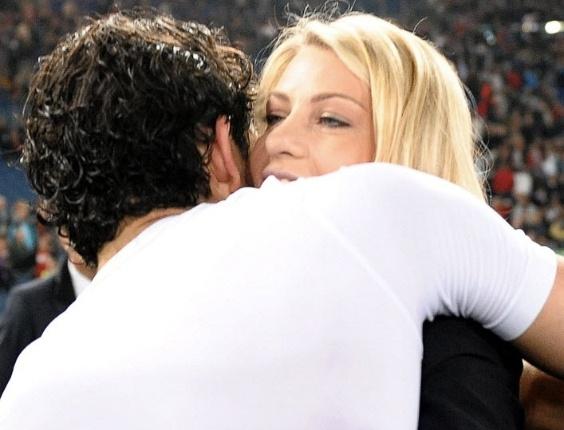 Mai.2011 - Alexandre Pato ganha abraço da namorada Barbara Berlusconi após título do Milan