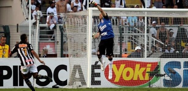 Danilo tenta encobrir Julio Cesar em lance de Corinthians x Santos (08/05/2011)