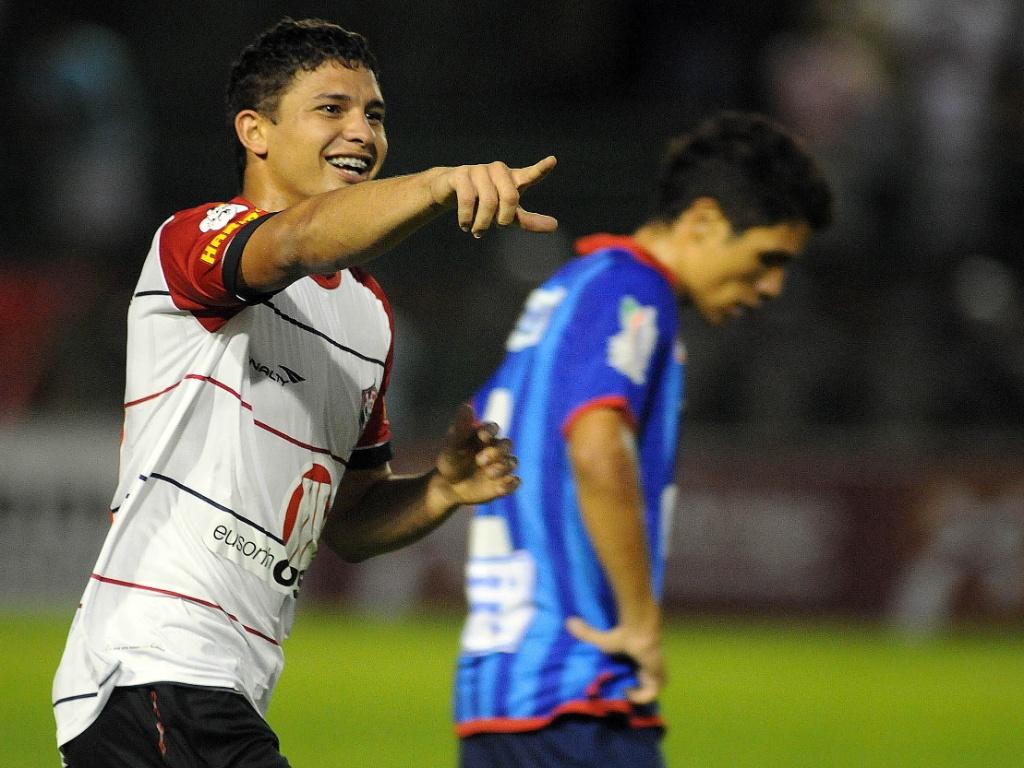 Elkeson comemora gol do Vitória no empate com o Bahia de Feira na primeira partida da decisão do Baiano