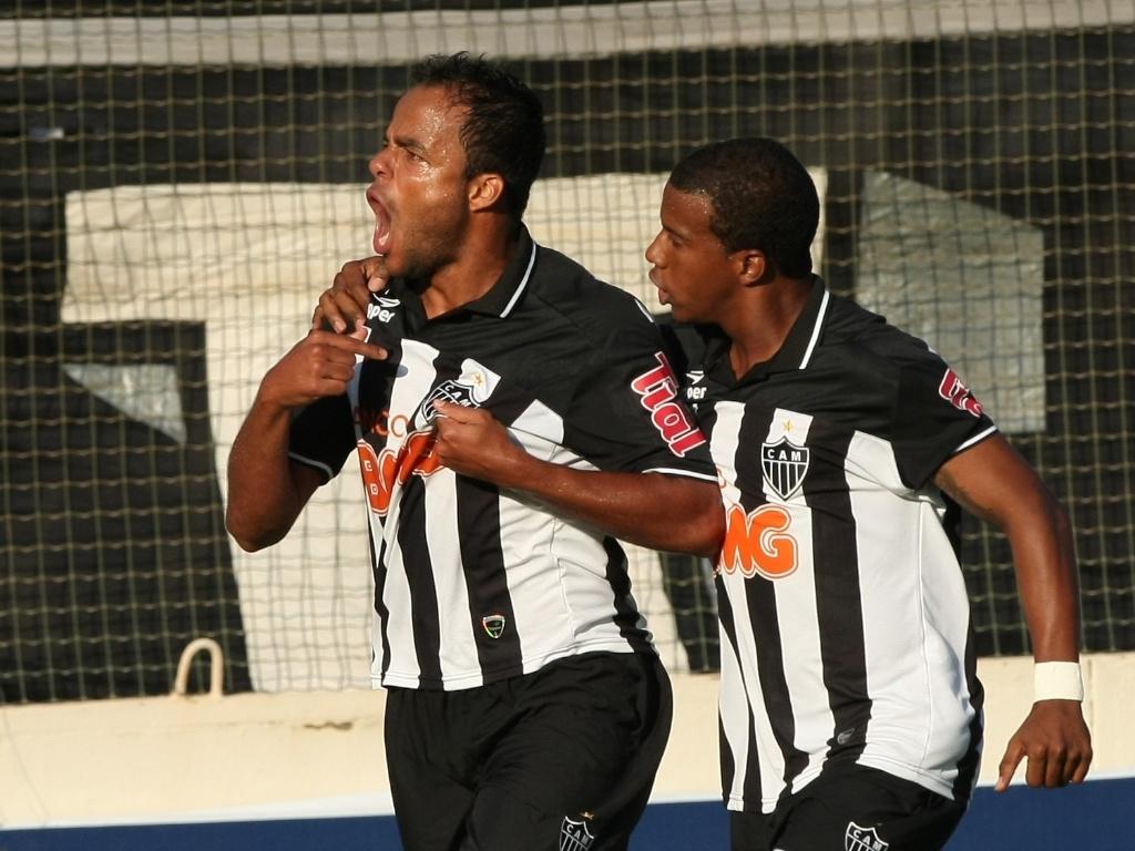 Mancini (esq.), do Atlético-MG, comemora seu gol contra o Cruzeiro durante a primeira partida da final do Campeonato Mineiro (08/05/2011)