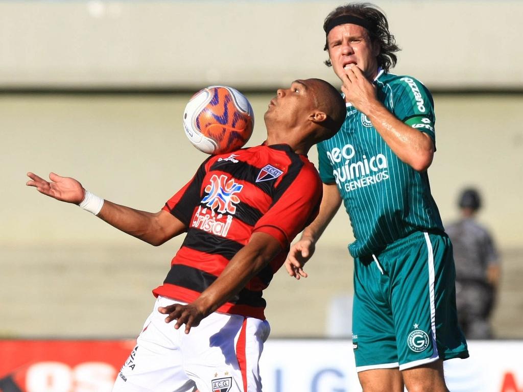 Marcão, do Goiás, observa jogador do Atlético-GO dominar a bola na primeira partida da final do Campeonato Goiano