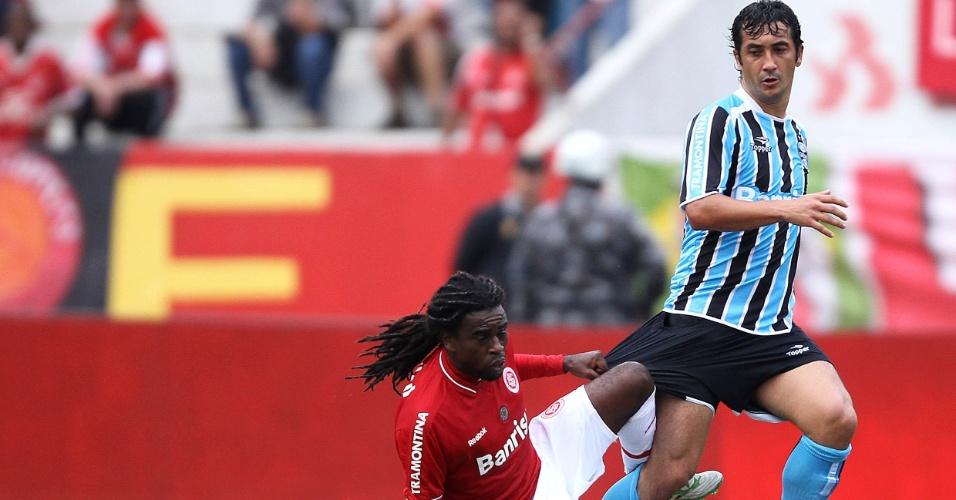 Meia Douglas do Grêmio é seguro pelo calção por Tinga do Inter no Gre-Nal do estádio Beira-Rio (08/05/2011)