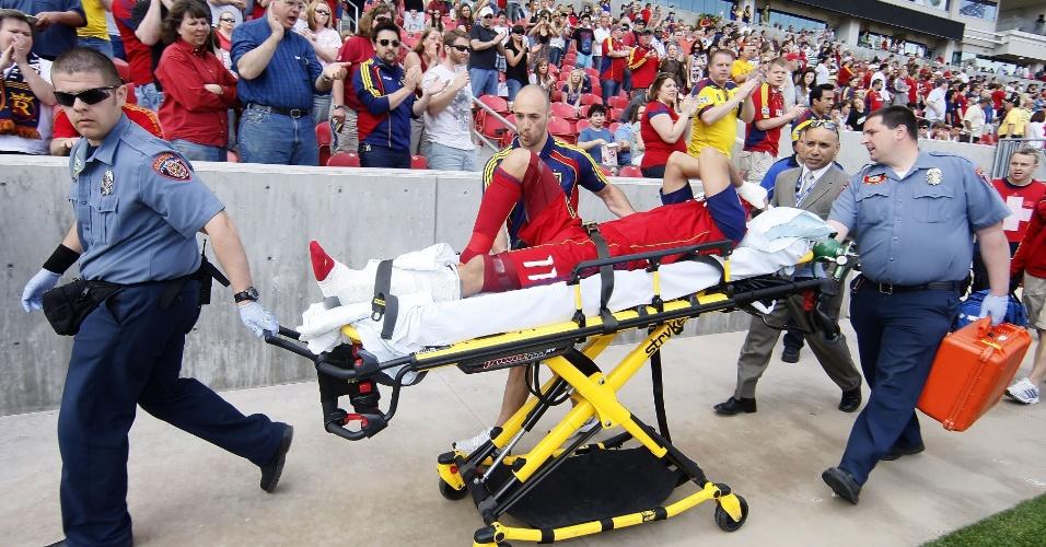 Javier Morales, do Real Salt Lake, sai de campo na maca depois de fraturar a perna em jogo contra o Chivas USA, pela MLS