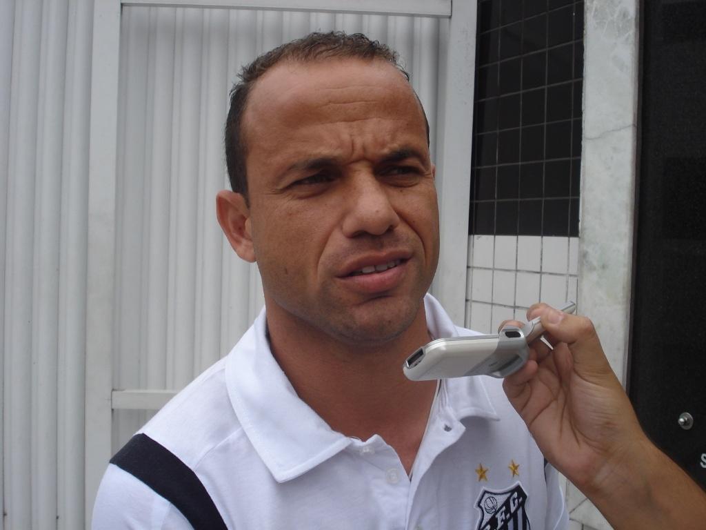 Léo concede entrevista no CT Rei Pelé antes de iniciar o embarque para a Colômbia (09/05/2011)