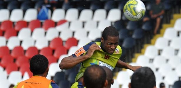 Dedé sobe para cabecear a bola durante treino do Vasco em São Januário
