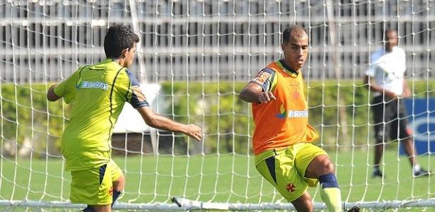 Felipe arrisca um passe durante treinamento do Vasco em São Januário (09/05/2011)