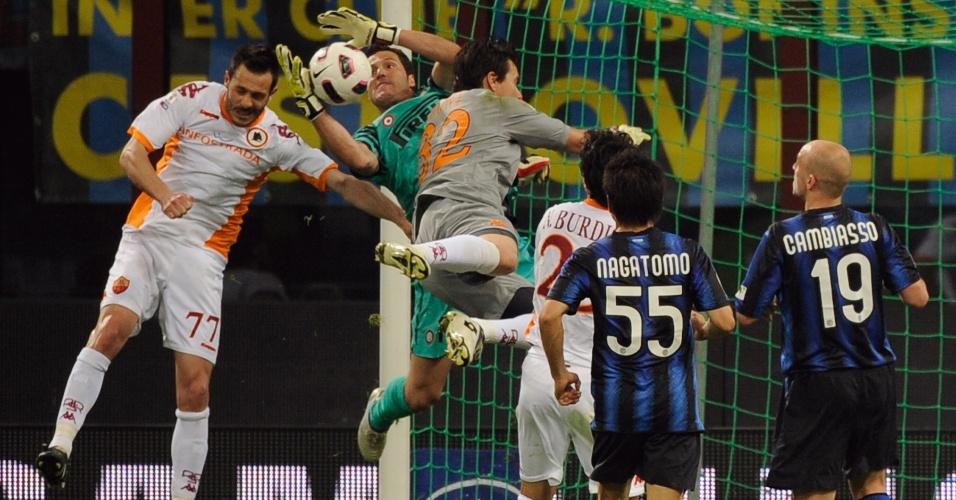 Júlio César defende bola na área do Inter com o goleiro Doni, da Roma, no cabeceio (11/05/11)