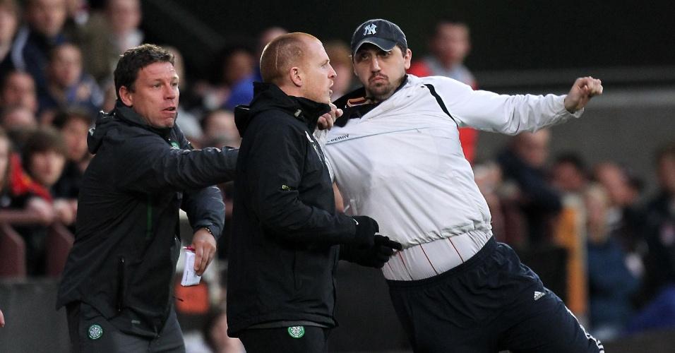Torcedor tenta agredir o técnico do Celtic, Neil Lennon, durante a vitória sobre o Hearts