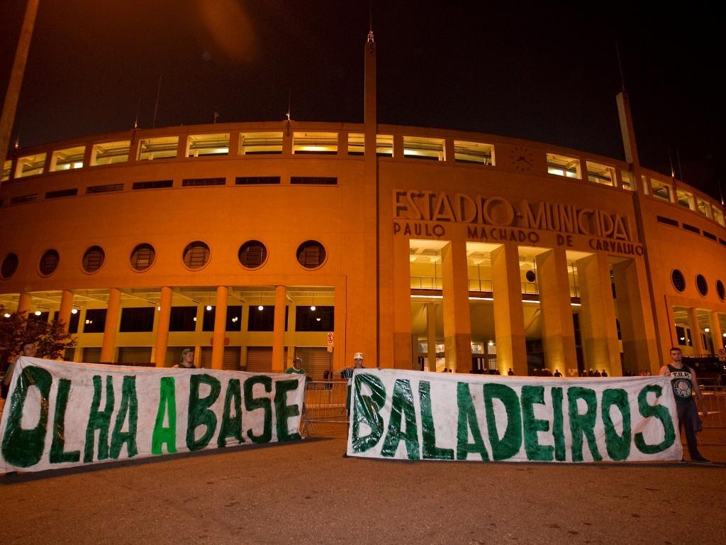 Torcida do Palmeiras protesta com faixas em frente ao Pacaembu antes do duelo contra o Coritiba pelas quartas de final da Copa do Brasil. Time paranaense venceu jogo de ida por 6 a 0