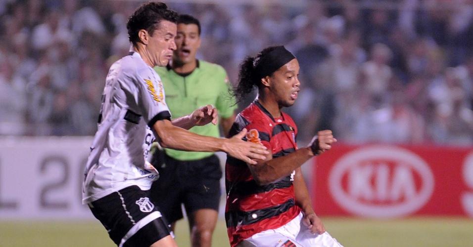 Ronaldinho Gaúcho é marcado durante empate do Flamengo com o Ceará (11/05/2011)