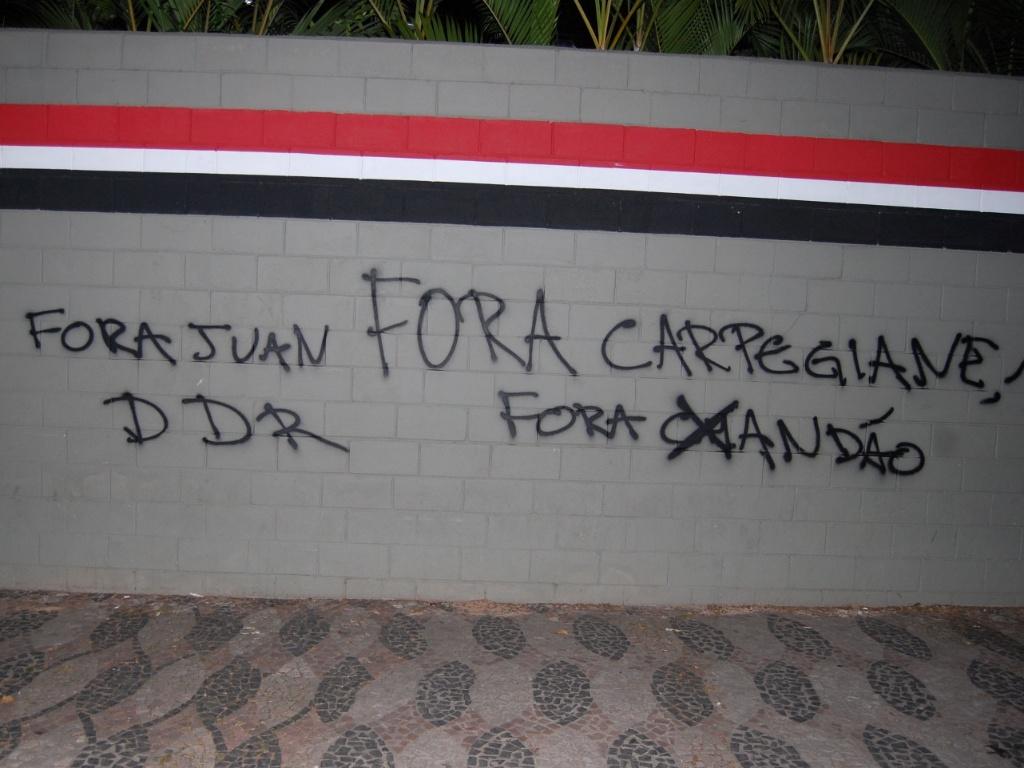 Muro do Morumbi pichado após elminação do São Paulo na Copa do Brasil (13/05/2011)