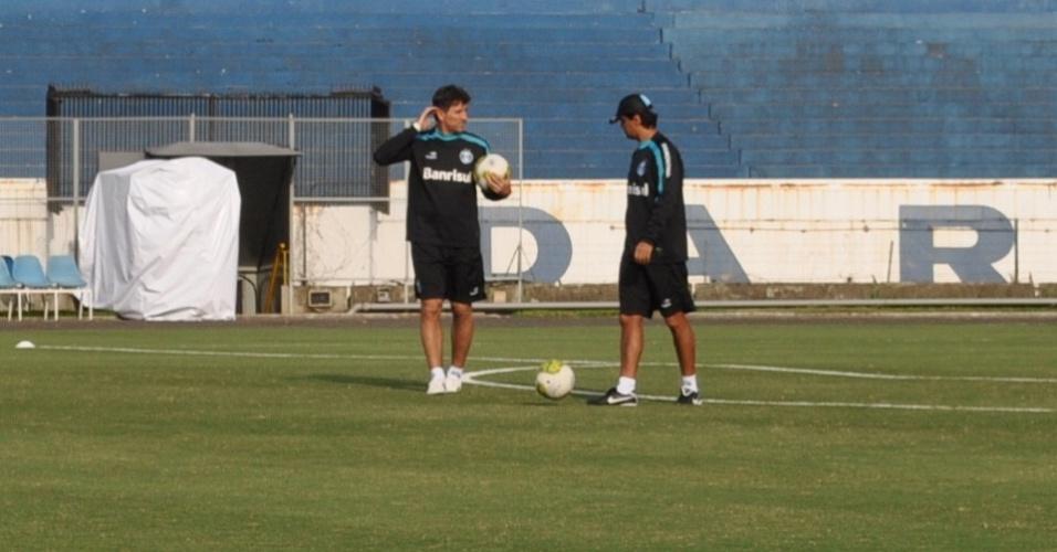 Renato Gaúcho e Alexandre Mendes conversam antes de treinamento do Grêmio (13/05/2011)