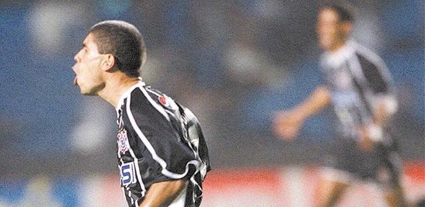 Ricardinho comemora gol da Classificação do Corinthians para final do Paulistão (13/05/2001)